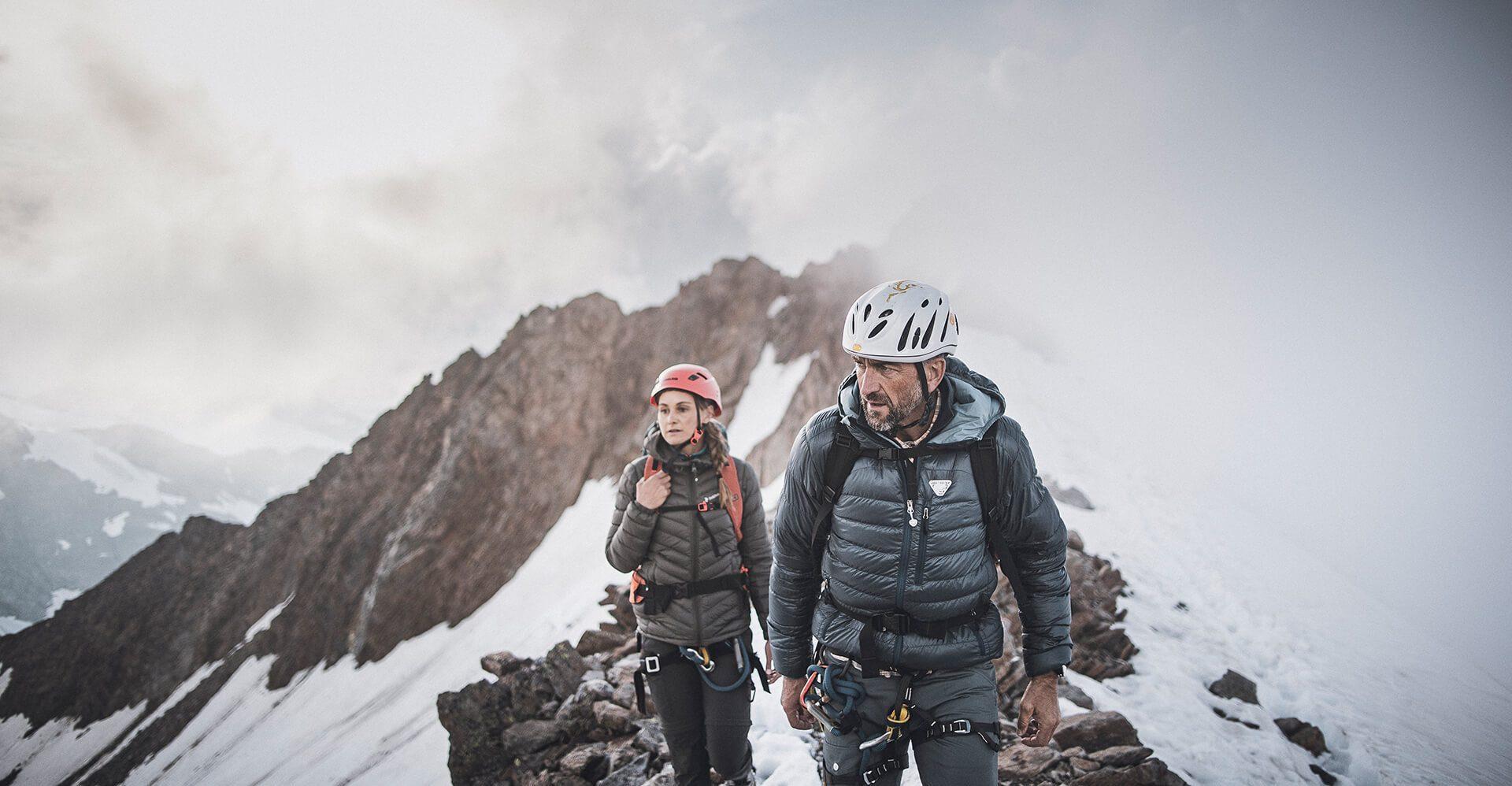 Bergsteiger auf schneebedeckten Gipfeln