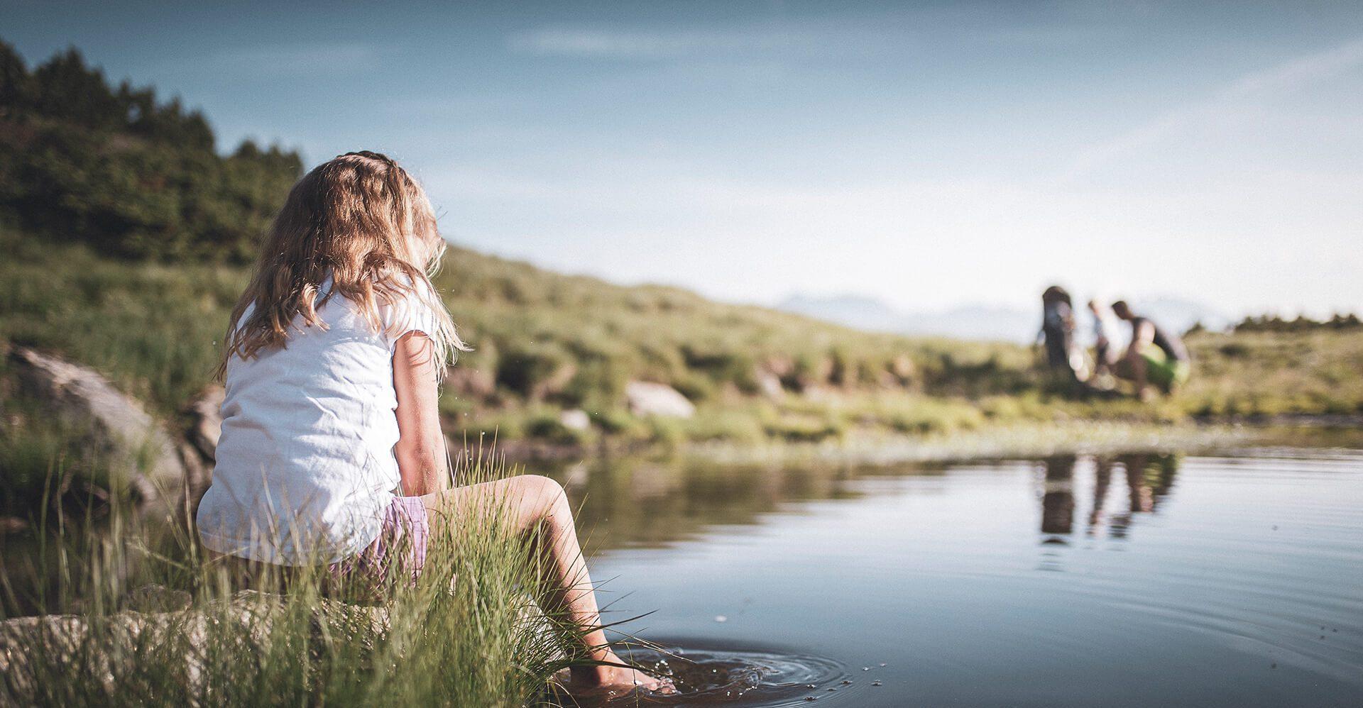 Mädchen in der Natur am See