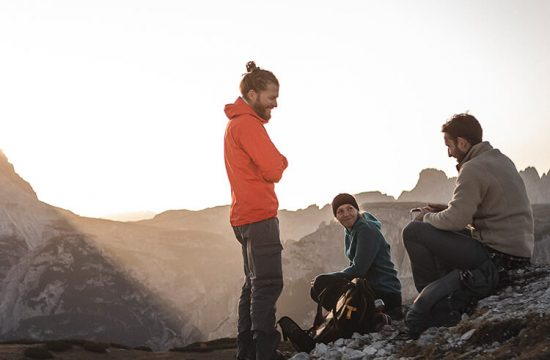 Escursionisti che fanno una pausa sulla cima di una montagna