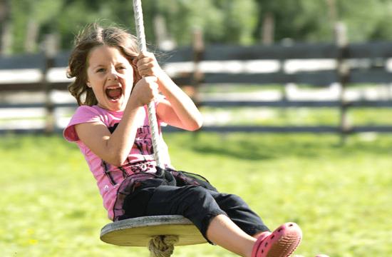 Il divertimento dei bambini nel parco giochi