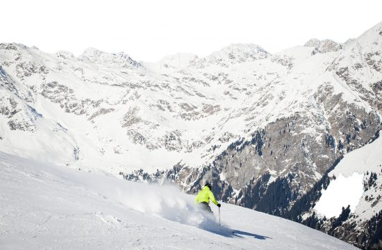 Sciatori davanti al panorama della montagna