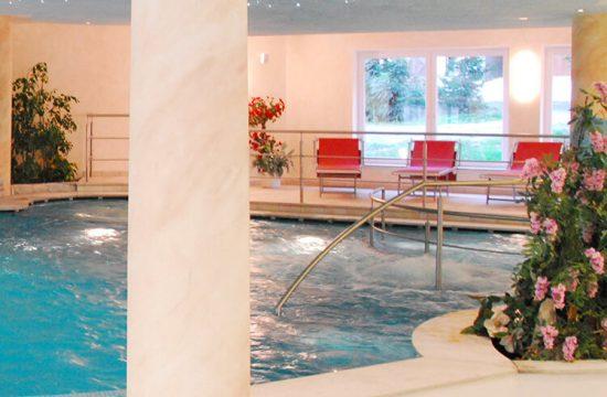 Vista frontale della piscina